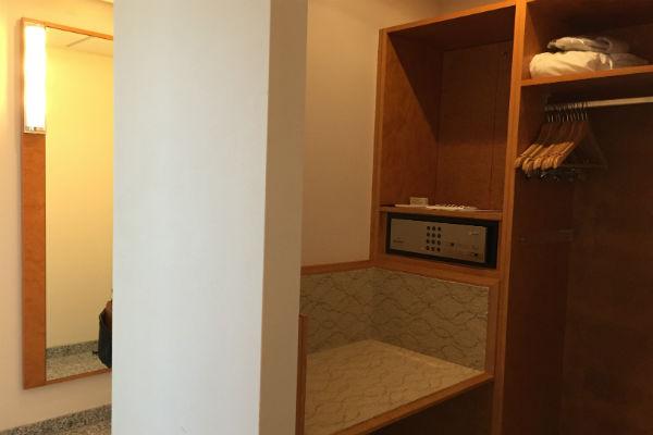 Hilton Munich Airport Hotel Junior Suite closet